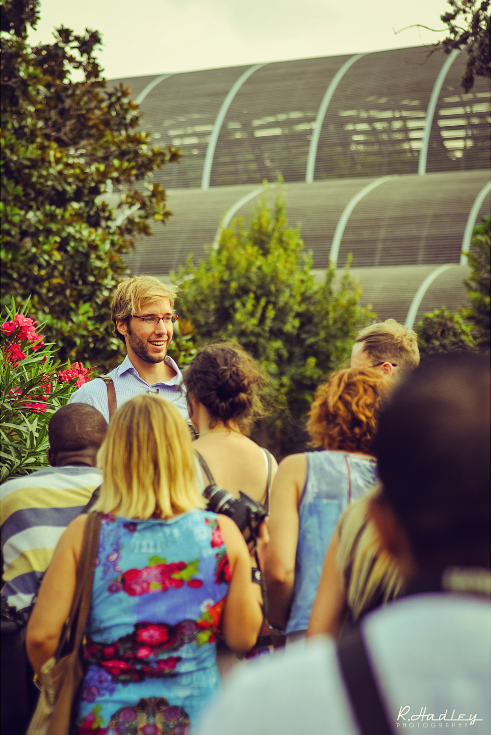 Portrait of Ben Evans teaching photography in Parc de la Ciutadella, Barcelona